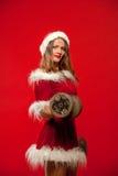 圣诞节, x-mas,冬天,幸福概念-体型 行使与在圣诞老人帮手的哑铃的坚强的适合妇女 免版税库存图片