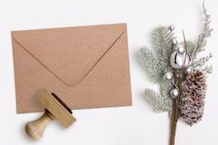 圣诞节, Xmas不加考虑表赞同的人和卡拉服特信封 寒假产品的大模型 库存图片