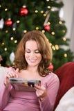 圣诞节:做假日编目购物 库存照片