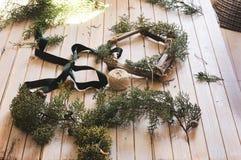 圣诞节:创造一个木花圈用杉木 库存照片