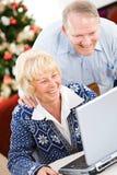 圣诞节:嘲笑滑稽的电子邮件的夫妇 库存照片