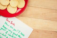 圣诞节:圣诞老人和愿望的曲奇饼 免版税库存图片