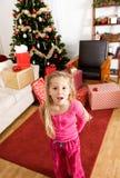 圣诞节:在圣诞节早晨激发的女孩 免版税库存图片