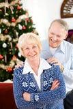 圣诞节:在Christmastime的快乐的夫妇 免版税库存照片