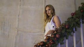 圣诞节:女孩下来台阶在圣诞节早晨 股票视频