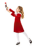 圣诞节:小女孩触击与胡桃钳的一个姿势 免版税库存图片