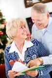 圣诞节:愉快的夫妇得到圣诞节邮件 库存图片