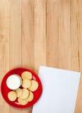 圣诞节:曲奇饼和空白的笔记板材  免版税库存照片