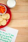 圣诞节:曲奇饼和红萝卜板材圣诞老人的驯鹿的 免版税库存照片