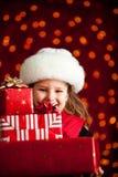圣诞节:运载大堆圣诞节礼物 免版税图库摄影