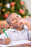 圣诞节:给圣诞老人的年轻男孩文字信件 库存图片