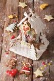 圣诞节给上釉的华而不实的屋和曲奇饼特写镜头 垂直 库存图片
