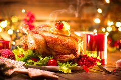 圣诞节 与烤鸡的装饰的假日桌 免版税图库摄影