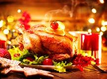 圣诞节 与烤鸡的装饰的假日桌 免版税库存图片