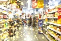 圣诞节 与物品的架子在超级市场 E r r 免版税库存照片