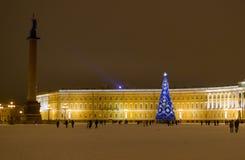 圣诞节-俄罗斯圣彼德堡-用明亮的诗歌选装饰的冬天宫殿蓝色大圣诞树 库存图片