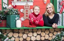 圣诞节系列愉快的时间 有她的儿子的母亲在有xmas装饰的一间屋子里 免版税库存图片