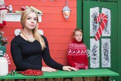圣诞节系列愉快的时间 有她的儿子的母亲在有xmas装饰的一间屋子里 库存图片