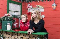圣诞节系列愉快的时间 有她的儿子的母亲在有xmas装饰的一间屋子里 免版税库存照片