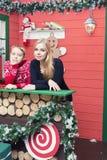圣诞节系列愉快的时间 有她的儿子的母亲在有xmas装饰的一间屋子里 库存照片