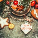 圣诞节贺卡用被仔细考虑的酒、曲奇饼和装饰 免版税图库摄影