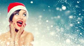圣诞节 圣诞老人` s帽子的惊奇的妇女 库存照片