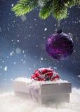 圣诞节 圣诞节在抽象多雪的场面的礼物盒 背景圣诞节关闭红色时间 库存照片