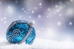 圣诞节 圣诞节蓝色球下雪并且间隔抽象背景 库存图片