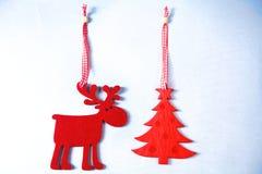 圣诞节 在白色的驯鹿和树孤立 免版税库存照片