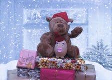 圣诞节2019年的熊和猪标志坐礼物山  免版税库存照片