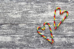 圣诞节以心脏的形式棒棒糖在灰色木桌上 免版税库存图片