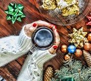 圣诞节 新年度 背景球明亮的圣诞节装饰结构树白色 一杯茶在一名美丽的妇女的手上 免版税库存照片