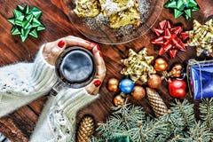圣诞节 新年度 背景球明亮的圣诞节装饰结构树白色 一杯茶在一名美丽的妇女的手上 免版税图库摄影