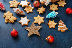 圣诞节以星和新年中看不中用的物品的形式姜饼曲奇饼 库存图片