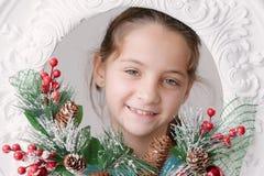 圣诞节12月背景的美丽的微笑的小女孩  库存图片