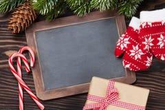 圣诞节黑板、装饰和杉树 库存图片