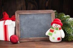 圣诞节黑板、雪人和树 库存图片