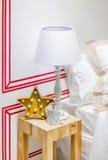圣诞节结构的星枝形吊灯、杯子和一金黄spo 库存照片