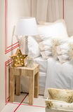 圣诞节结构的星枝形吊灯、杯子和一金黄spo 免版税库存照片