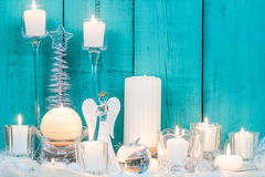 圣诞节结构的白色蜡烛和装饰 免版税库存图片
