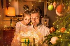 圣诞节-父亲和女儿神色到礼物& x28里; present& x29;袋子 库存图片