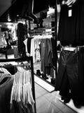 圣诞节购物疯狂 在黑白的艺术性的神色 免版税库存照片