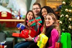 圣诞节购物-购物中心的朋友 图库摄影