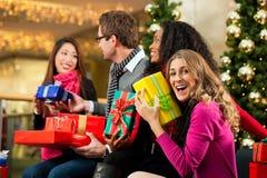 圣诞节购物-购物中心的朋友 免版税库存图片
