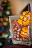 圣诞节玻璃花瓶用核桃、桔子和桂香 圣诞节装饰隔离白色 免版税图库摄影