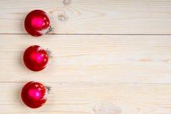圣诞节3红色球背景 库存照片