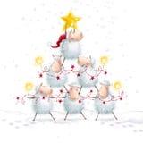 圣诞节绵羊 与星的圣诞树由逗人喜爱的绵羊做成 招呼的看板卡新年度 抽象空白背景圣诞节黑暗的装饰设计模式红色的星形 图库摄影