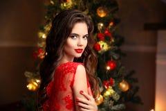 圣诞节 美丽的微笑的妇女 修指甲钉子 构成 愈合 免版税图库摄影
