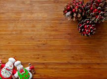 圣诞节-老木背景、滑稽的厨师圣诞老人和雪人和标志2016年 免版税库存照片