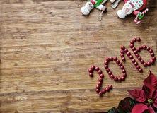 圣诞节-老木背景、滑稽的厨师圣诞老人和雪人和标志2016年 免版税库存图片